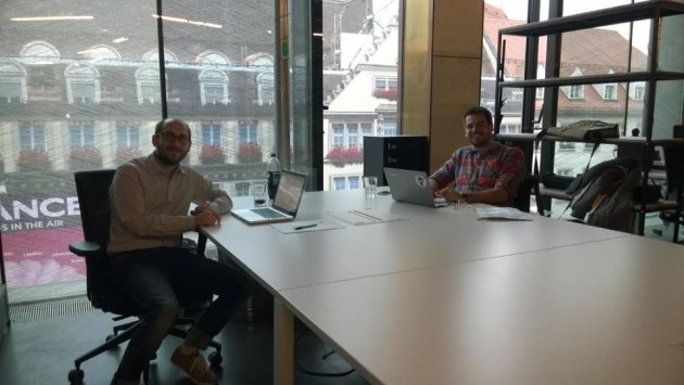 Ako jediní Slováci sa s projektom doucma.sk dostali do mníchovského akcelerátora. Na fotke je Tomáš Palkovič (vľavo) a Juraj Svinčák (vpravo) vo svojej novej mníchovskej kancelárii. Foto: Zdroj: Archív Juraja Svinčáka.