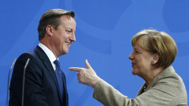 """Nemecká obchodná komora varuje, že vystúpenie Británie z Európskej únie by bolo """"katastrofou"""" pre Spojené kráľovstvo aj pre Nemecko. Nemecká kancelárka Angela Merkelová (vpravo) na poslednom stretnutí s britským premiérom Davidom Cameronom (vľavo) zásah do základných zmlúv EÚ kritizovala s tým, že práve hlbšia integrácia smerom k politickej únii znamená nutnú podmienku na prekonanie ekonomických problémov naprieč európskymi štátmi. Nutnosť pristúpenia k tomuto kroku je pre európskych politikov známa už od začiatku európskej krízy. Foto: The Guardian"""
